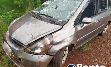 Carro capota durante a madrugada no interior de Mercedes