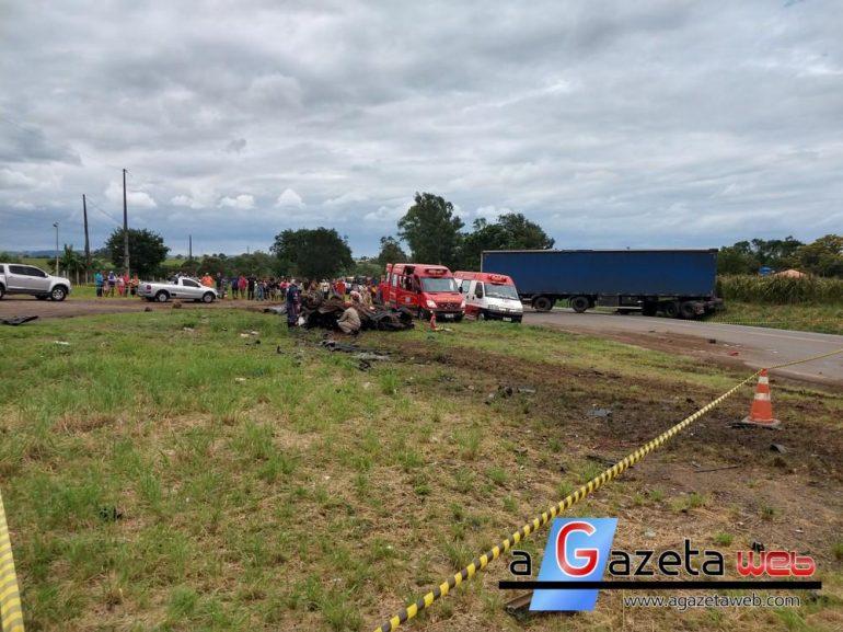Cinco morrem e um fica ferido em acidente entre carro e caminhão em Santo Antônio da Platina
