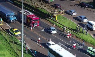 Motorista morre após bater em ônibus em trecho da BR 277, no Trevo Cataratas