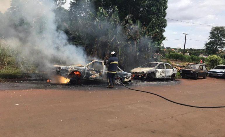Dois veículos foram incendiados na manhã deste sábado (15), na rua, em Marechal Cândido Rondon