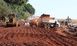 Rua do Parque Industrial I começa a ser preparada para receber asfaltamento em Marechal Rondon
