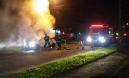 Corpo é encontrado dentro de carro em chamas em Curitiba