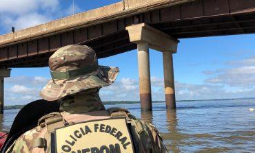 Policiais resgatam contrabandista foragido em pilar na Ponte Ayrton Senna; assista