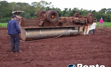 Caminhão carregado com leite tomba no interior de Mercedes