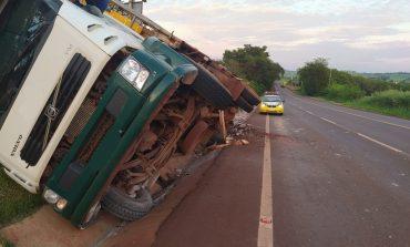 Caminhão sai da pista e fica preso em canaleta da rodovia PRC-467 em Marechal Cândido Rondon