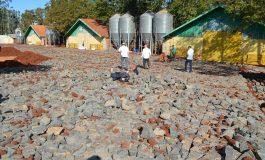 Acesso e pátios de propriedades rurais de Entre Rios do Oeste recebem melhorias