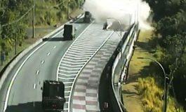 Caminhão carregado com 12 toneladas de papel usa área de escape para evitar acidente; assista