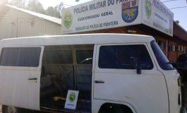 BPFron apreende Kombi em Pato Bragado com 50 multas e preparado para o contrabando