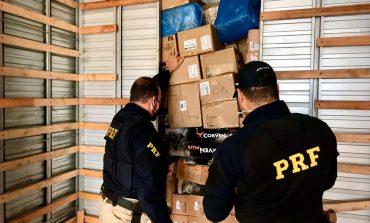 PRF e Receita Federal apreendem três caminhões com mercadoriastransportadas em fundo falso