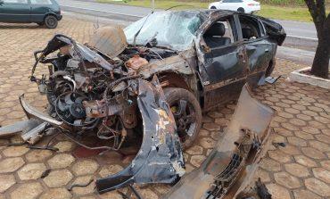 Rapaz fica ferido após colidir veículo contra poste e capotar na rodovia em Pato Bragado
