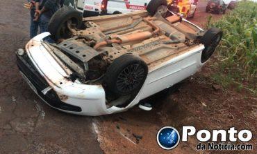 Homem fica ferido após capotamento em Mercedes