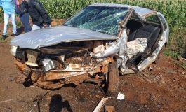 Colisão frontal deixa três feridos, carros destruídos e um homem preso às ferragens em Mercedes