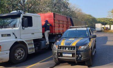 PRF apreende mais uma carreta carregada com cigarros paraguaios em Guaíra