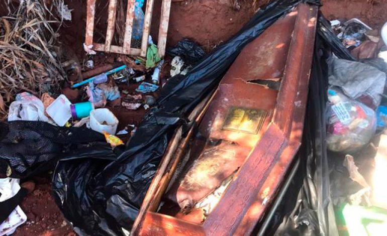 Caixão chama atenção na entrada do aterro sanitário de Goioerê