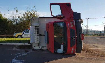 Caminhão carregado com carne tomba no trevo de acesso a Toledo nesta sexta-feira (26)