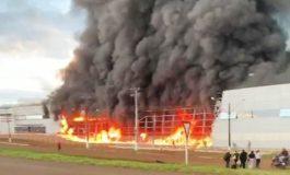 Incêndio destrói fábrica de botas para motoqueiros nesta segunda-feira (8) no Paraná