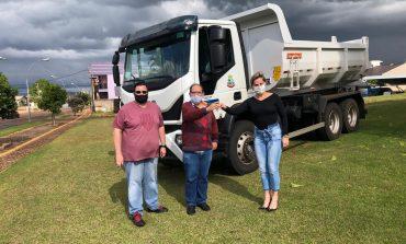 Frota de veículos de Mercedes recebe mais um caminhão basculante