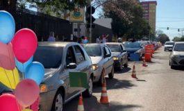 Professores de Escola Municipal de Cascavel fazem Drive Thru para rever alunos