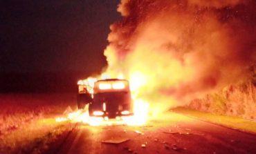 Vídeo: Caminhão pega fogo na rodovia entre Palotina e Terra Roxa na madrugada de hoje (3)