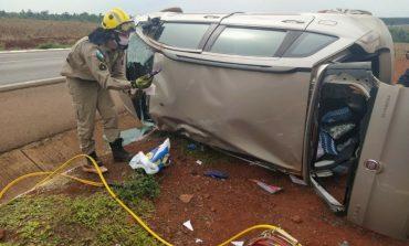 Carro capota diversas vezes entre Guaíra e Mercedes e mulher resulta com fratura