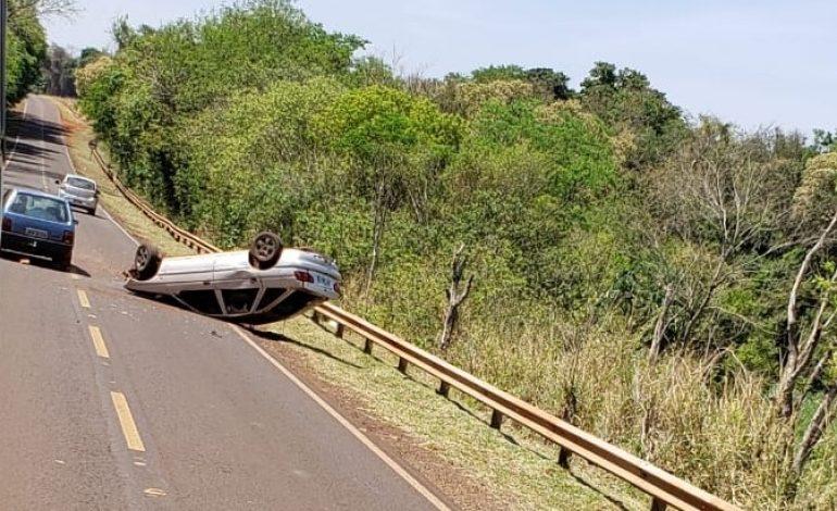Veículo capota na PR-467, próximo à Porto Mendes, em Marechal Rondon