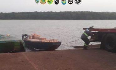 Policiais da Operação Hórus apreendem embarcações e cigarros, em Mercedes, avaliados em R$ 3,5 milhões