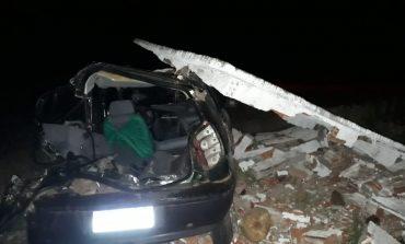 Caminhão bate em Palio que destrói ponto de ônibus no Sudoeste