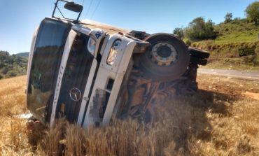 Condutor de caminhão sem freio, para evitar acidente com outros veículos, sai da pista e tomba em lavoura