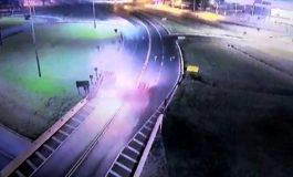 Câmera flagra motorista embriagado batendo contra ambulância do Samu na BR-277