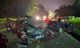 Três pessoas ficam feridas, incluindo uma gestante, após em colisão frontal entre veículos