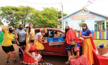 Escola de Vila Cristal, em Nova Santa Rosa, realiza o 1º Drive-thru para comemorar o Dia das Crianças