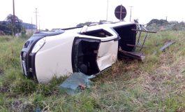 Para evitar colisão com motocicleta, mulher sai da pista e acaba tombando veículo na PR-562