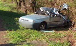 Carro roda na pista, bate contra árvores e fica destruído, na PR-182 em Toledo