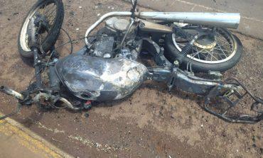 Moto pega fogo após acidente em Toledo