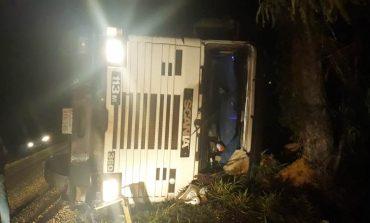 Colisão entre caminhonete e caminhão deixa os dois condutores feridos na PR-317