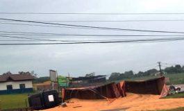 Câmera flagra tombamento de caminhão próximo ao Portal em Marechal Cândido Rondon