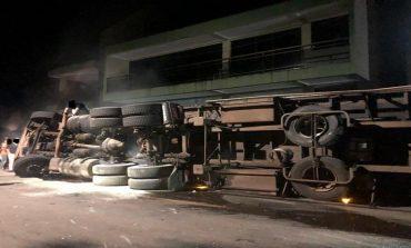 Carreta sem freios, com produtos químicos, atinge supermercado e tomba no centro de Salgado Filho