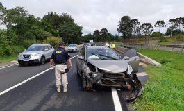 Condutor perde controle do veículo, bate e para na barreira de proteção em viaduto na BR-376