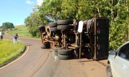 Motorista de caminhão fica ferido após tombamento na PR-566, em Coronel Vivida, no Sudoeste