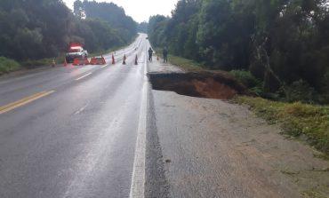 PRF interdita totalmente a BR-280, que ameaça ceder devido às chuvas em Santa Catarina