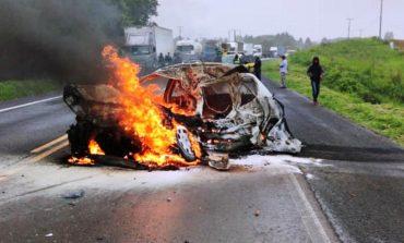Jovem morre em colisão frontal entre carro e caminhão na BR-476; veículo pegou fogo