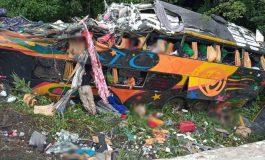 Ônibus do Pará, com 57 passageiros tomba no litoral paranaense e 12 pessoas morrem no local, outras 9 estão feridas