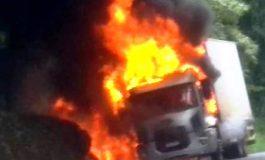 Caminhão frigorífico carregado com carnes pega fogo próximo a Pato Branco, no Sudoeste do PR