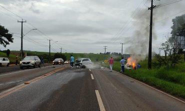 Em grave acidente na PR-281, duas pessoas morrem carbonizadas após colisão frontal entre dois veículos