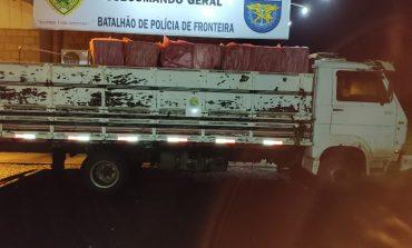BPFron apreende caminhão com 12.500 pacotes de cigarros durante Operação Hórus em Entre Rios do Oeste