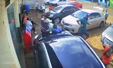 Câmera flagra momento do atropelamento de duas pessoas em estacionamento; uma delas morreu