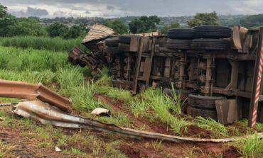 Caminhão carregado com milho tomba na BR-163, próximo a Marechal Rondon; vídeo
