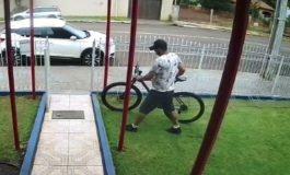Câmera flagra furto de bicicleta hoje (2), por volta do meio-dia, no pátio de empresa em Marechal Rondon