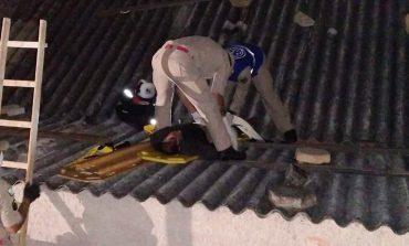 Mulher invade mercado pelo telhado, furta produtos, mas é baleada pelo proprietário durante luta corporal
